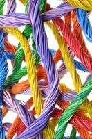 veelkleurige computerkabelbundels foto