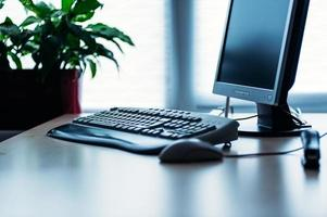computer op balie in kantoor foto