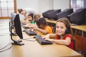 leerlingen gebruiken computers in de klas foto