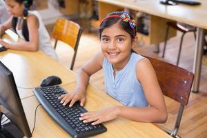 schattige leerling in de computerklas foto