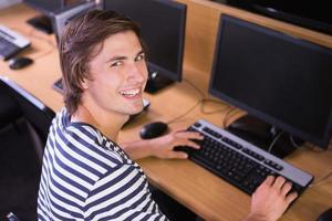 student met behulp van computer in de klas foto