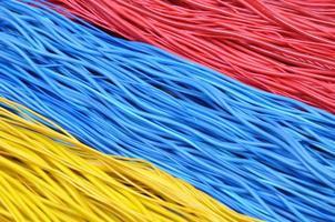 veelkleurige draden in computernetwerken foto