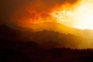 met rook bedekte heuvels en vuur