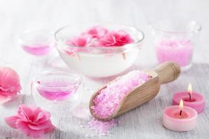 roze bloemenzout en etherische olie voor spa foto