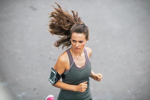 fitness jonge vrouw joggen buiten in de stad
