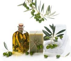 natuurlijke spabehandeling met olijven en olijfolie foto