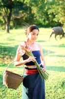 Azië oude jonge vrouw met lotus en mand