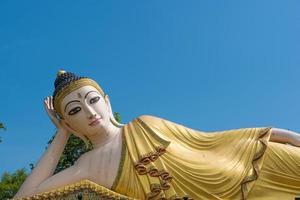 groot status liggend boeddhabeeld foto