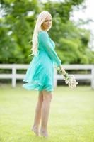 jonge blonde vrouw in het veld