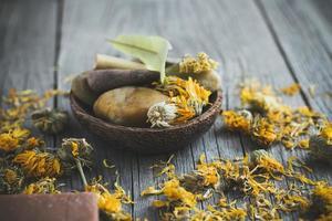 spa met goudsbloembloem foto