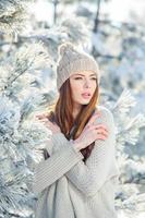 mooie winter portret van een jonge vrouw in het besneeuwde landschap