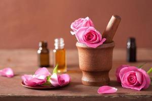 spa set met vijzel met roze bloemen en etherische olie foto