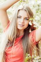 prachtige lente meisje in bloeiende boom foto