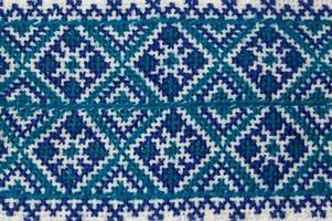 close up van zelfgemaakte blauwe Oekraïense borduurwerk shirt stuk