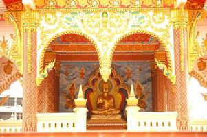 zittende Boeddha in de tempel van laos. foto