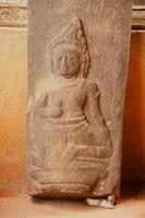 oude Boeddha snijwerk op zandsteen.