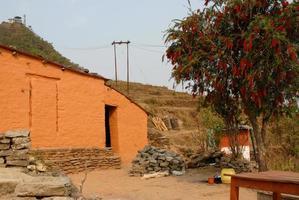 traditioneel huis op sarangkot-trekkingroute in nepal. foto