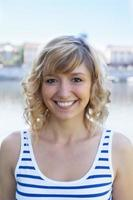 portret van een lachende vrouw op een rivier foto