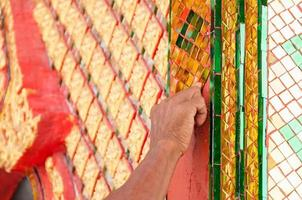 hand van beeldhouwer maken een traditionele Thaise stijl foto