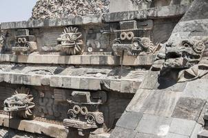 beelden van de tempel van quetzalcoatl, teotihuacan (mexico) foto
