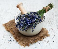 stelletje lavendelbloemen en vijzel foto