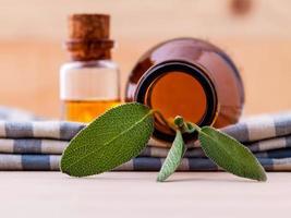 natuurlijke spa-ingrediënten salie etherische olie foto