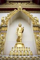 Boeddha staande standbeeld in een openbare tempel foto