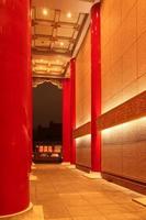 traditionele Chinese paleisarchitectuur bij nacht foto