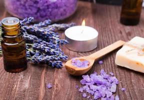 kuuroordstilleven met zeezout en lavendelbloemen foto