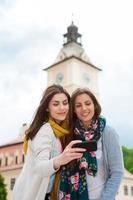 jonge vrouwelijke reizigers die selfies hebben
