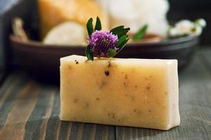 handgemaakte zeep close-up en spa-producten op de achtergrond foto