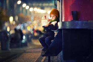 schattige jongen, lantaarn buiten houden foto