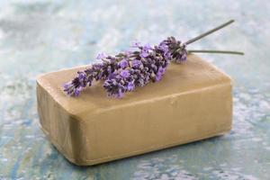 zelfgemaakte zeep met lavendelbloemen foto