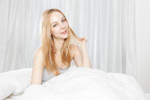 glimlach van de blanke vrouw foto
