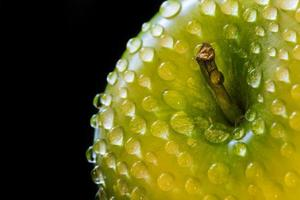 groene appel met druppels water foto