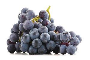tros verse rode druiven op wit wordt geïsoleerd foto