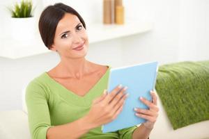 jonge blanke vrouw met een tablet foto