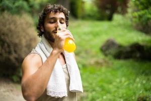 man drinken na het sporten foto