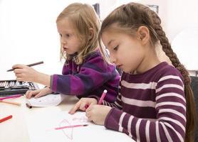 twee tekening babymeisjes, Aziatische en blanke foto