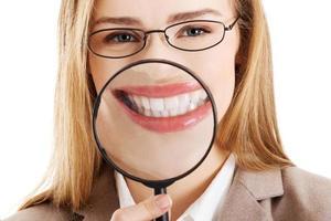 mooie Kaukasische zakenvrouw met vergrootglas. foto