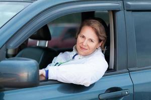 jonge Kaukasische vrouw als bestuurder, openluchtportret foto