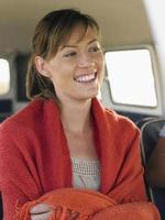 vrouw gewikkeld met deken in camper foto