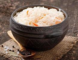 zuurkool met wortel in houten kom foto