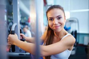 mooi meisje opleiding in de sportschool foto