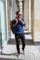 bebaarde hipster zonnebril in de stad foto