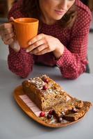 close-up van de handen van de vrouw met mok met zelfgemaakte bakken foto