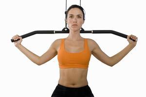 jonge vrouw in de sportschool, uitgesneden foto