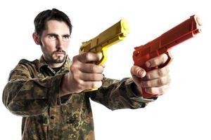 zelfverdediging instructeur met training pistool