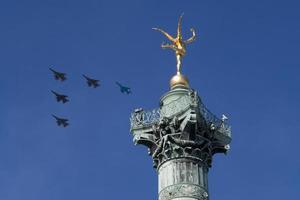 stralen in formatie boven Parijs op 14 juli (bastille dag) foto