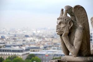 hersenschim, grotesk, waterspuwer, demon, notre-dame parijs, frankrijk. september foto
